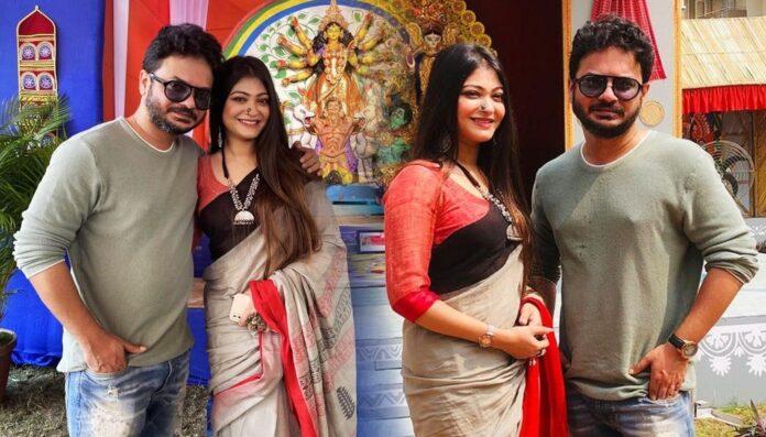 Desher Maati Raja Mumpi together on Pandel Hoping